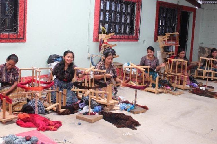 La Asomadek agrupa a 175 mujeres caqchiqueles, quienes constituyeron una textilería, en la cabecera de Sololá. (Foto Prensa Libre: Édgar Sáenz)