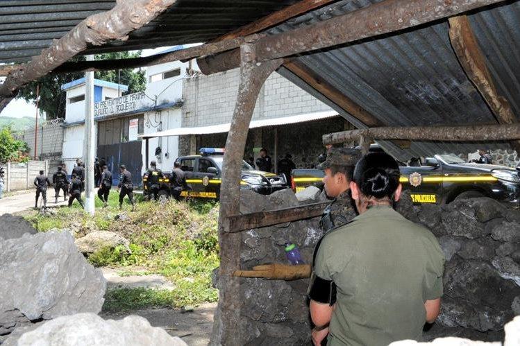 Autoridades resguardan ingreso a la cárcel El Boquerón, en Cuilapa, Santa Rosa, (Foto Prensa Libre: Oswaldo Cardona)