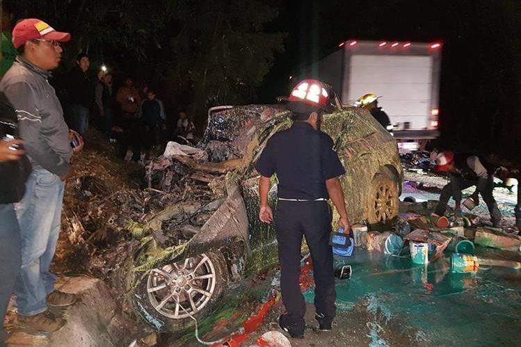 El piloto del camión murió en un hospital. (Foto Prensa Libre: CBMD)