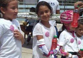 La pequeña patinadora Blanca Esperanza (c) fue diagnosticada con leucemia el viernes recién pasado (Foto Prensa Libre: cortesía)