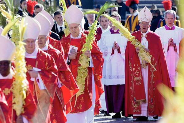 El papa Francisco cuando arriba a la misa para la celebración del Domingo de Ramos en Ciudada del Vaticano. Foto: Claudio Peri/ Efe, EPA.