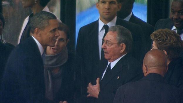 En el 2013, Obama y Castro se estrecharon la mano en Sudáfrica en el funeral de Nelson Mandela.(REUTERS).