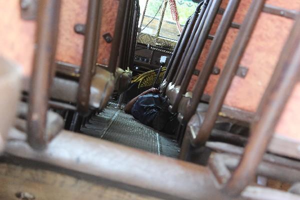 Cadáver del guardia de seguridad privado Gerson Yax quedó dentro del autobús.