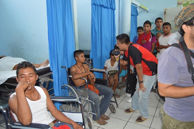 Heridos son atendidos en centro asistencial de Zacapa, luego de choque de camión. (Foto Prensa Libre: Víctor Gómez)