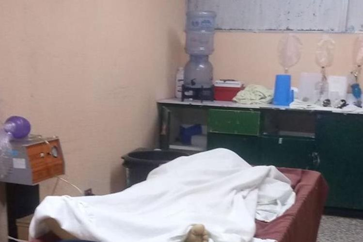 El cadáver de uno de los dos niños que murieron, permanece en una camilla del Hospital Regional de Quiché. (Foto Prensa Libre: Héctor Cordero).