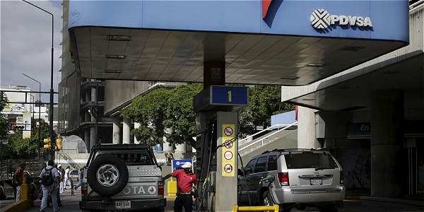 La medida ordenada por el presidente Nicolás Maduro para enfrentar el contrabando de combustible. (Foto Prensa Libre: AFP)