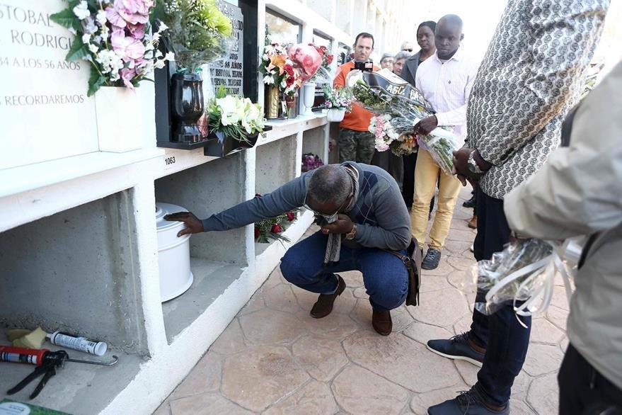 Aime Kabamba, el padre congolés de Samuel, llora frente al feretro de su hijo, en Barabate, España. (Foto Prensa Libre: AFP)