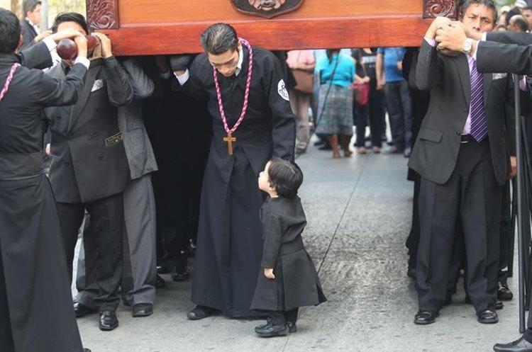Cuerpos de socorro recomiendan cuidado con los niños durante los cortejos procesionales.(Prensa Libre: Erick ÁVila)