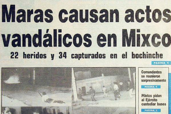Policías persiguen a revoltosos, en Mixco. (Foto: Hemeroteca PL)