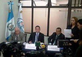 Fabrizio Pagurut -al centro- durante una conferencia de prensa en el Mides. (Foto Prensa Libre: Hemeroteca PL)