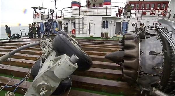 Partes de un motor y tren de aterrizaje trasladados en un barco. (AFP).