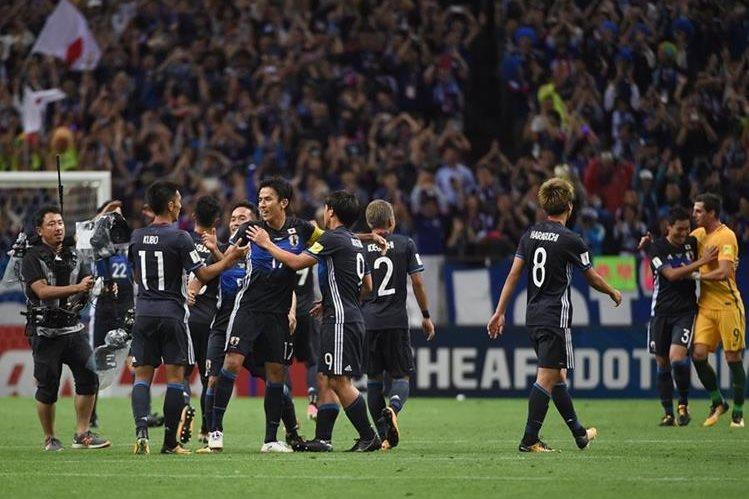 Los jugadores japoneses festejan luego de lograr la clasificación a Rusia 2018. (Foto Prensa Libre: AFP)