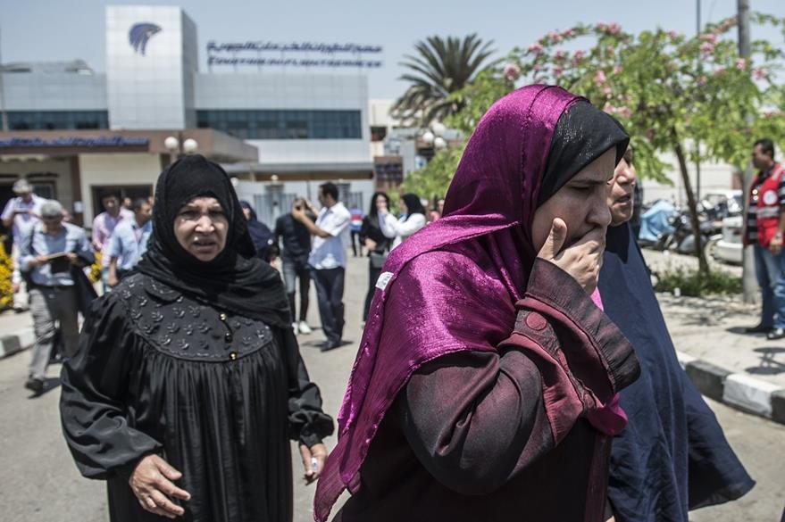 Familiares de las víctimas, en el aeropuerto de El Cairo. (Foto Prensa Libre: AFP).