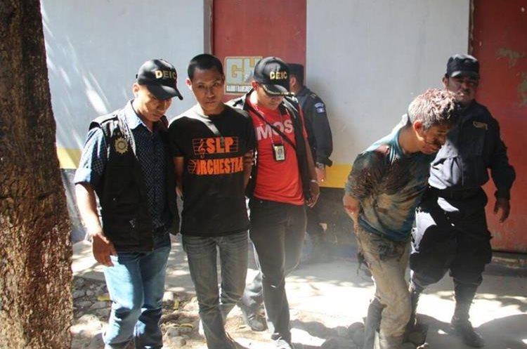 Investigadores trasladan a los sospechosos. (Foto Prensa Libre: Mario Morales)