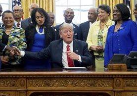 Donald Trump (centro) durante una actividad en el Salón Oval de la Casa Blanca. (Foto Prensa Libre: AP)