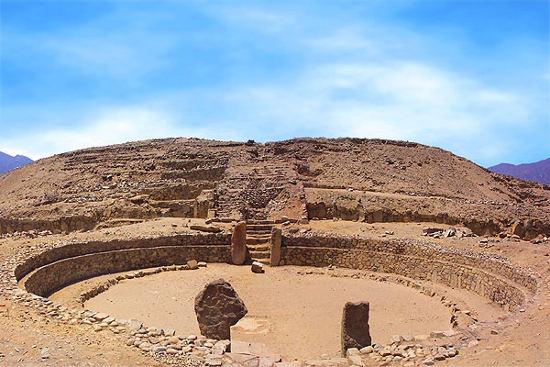 Plaza central de Caral, ciudad histórica que se ubica al norte de Lima, Perú. (Foto Prensa Libre: Internet).