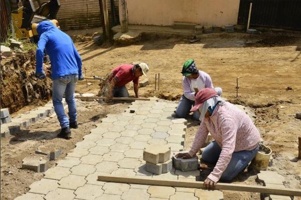 Trabajadores de la Municipalidad de Mixco colocan adoquines en San José Buena Vista, en la zona urbana del municipio. (Foto Prensa Libre: Municipalidad de Mixco)