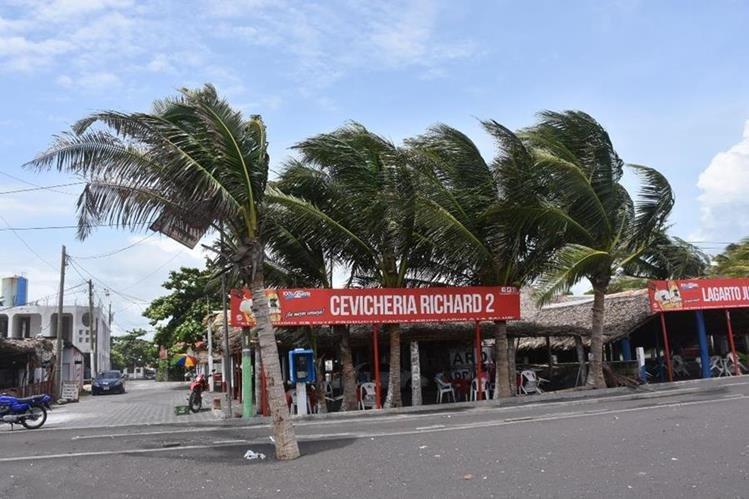 Fuerte viento se registra en la costa del Puerto San José. (Foto Prensa Libre: Enrique Paredes).