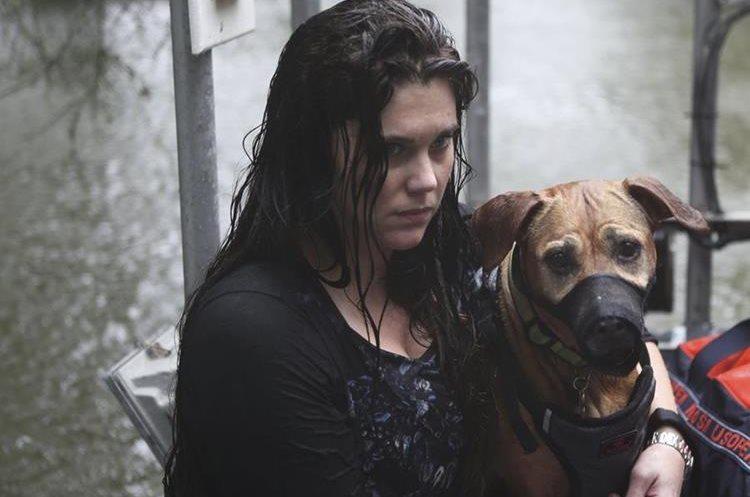 Celeste Johnston y su perro son evacuados de su casa de Dickinson, Texas.(AP).