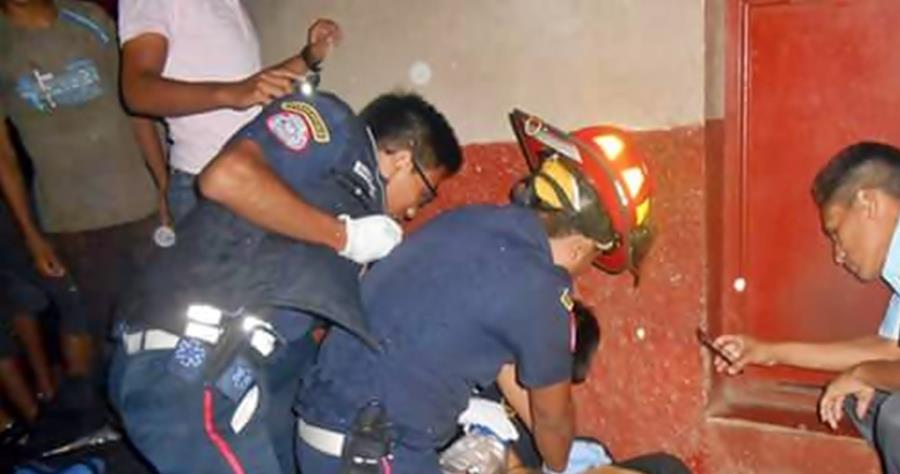 Socorristas auxilian a Esvin Eduardo Velásquez, quien sufrió heridas de bala en Coatepeque, Quetzaltenango. (Foto Prensa Libre: Alexánder Coyoy)
