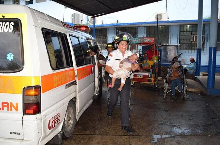 Las menores fueron trasladas al Hospital Regional de Zacapa. (Foto Prensa Libre: Mario Morales)