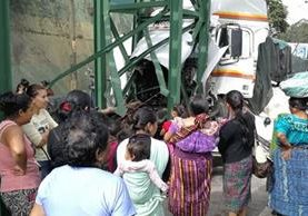 Un camión que transportaba azúcar chocó con una pasarela y quedó destruido. (Foto Prensa Libre: Erick Ávila)