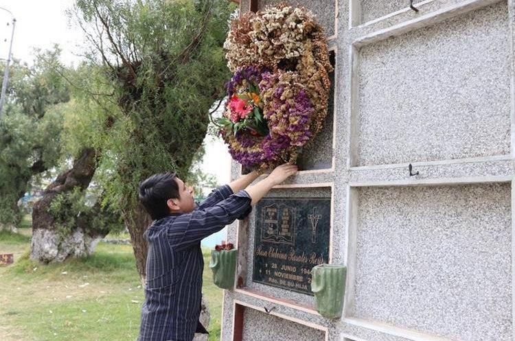Érick Lancerio, quien planeaba pedirle matrimonio a Gabriela Barrios, acude al cementerio a colocar flores en la tumba de su amada. (Foto Prensa Libre: María José Longo)