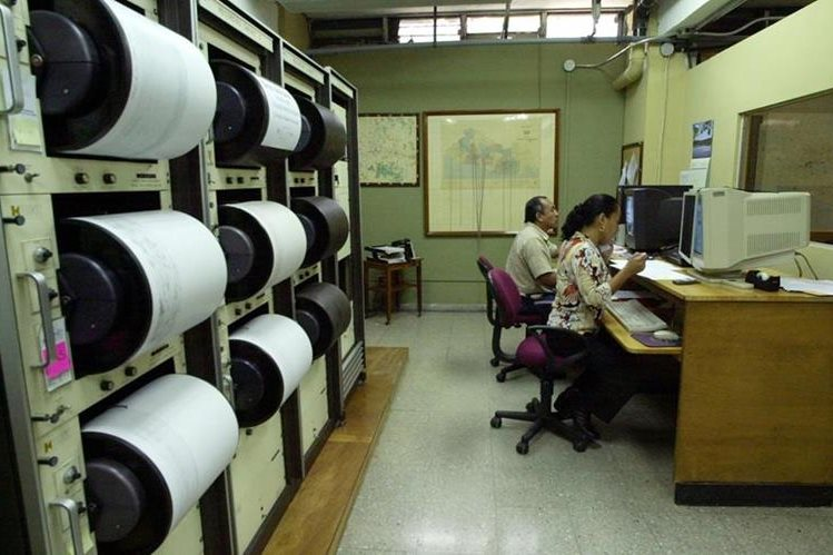 Control de temblores en sismógrafos de El Salvador. (Hemeroteca PL)