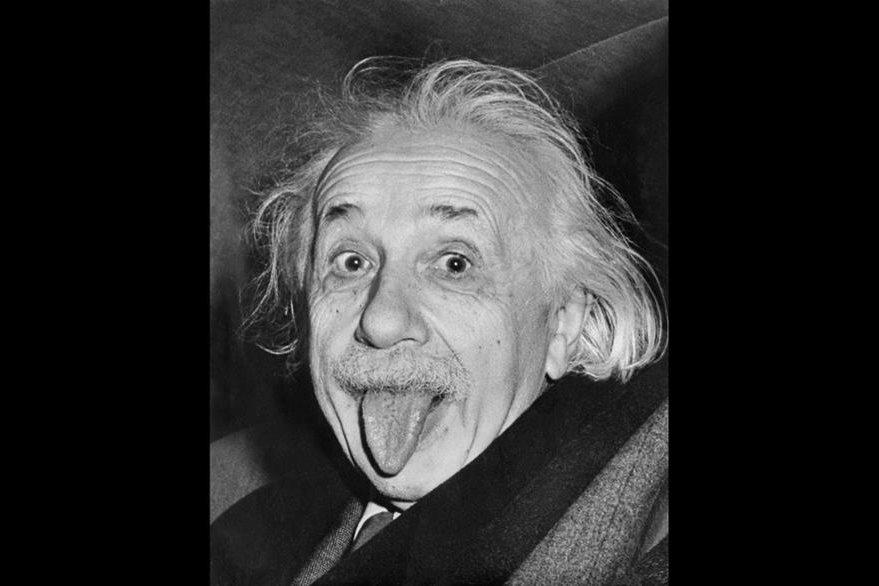 La fotografía del físico Albert Einstein sacando la lengua, se ha convertido en un emblema para el humor y una muestra de que las mentes brillantes también saben reir. (Foto Prensa Libre: Hemeroteca PL).