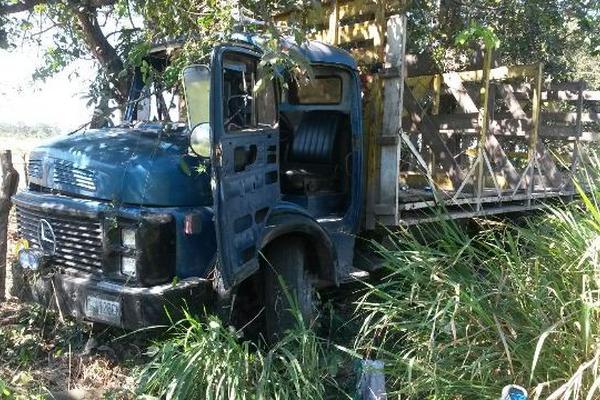 <p>Las autoridades investigan el accidente de camión que transportaba trabajadores. (Foto Prensa Libre: Carlos Paredes)</p>
