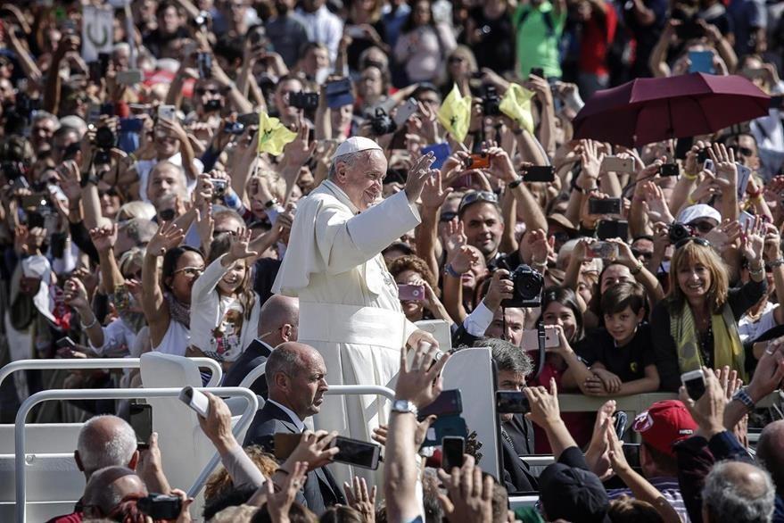 El papa Francisco afronta un reclamo de cardenales respecto de un restaurante McDonalds. (EFE)