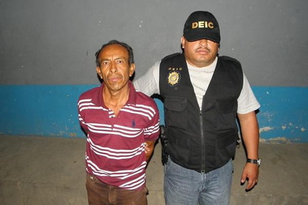 <p>Julián Monroy es cutodiado por agente de la DEIC, en la cabecera de Chiquimula. (Foto Prensa Libre: Julio Vargas).<br></p>