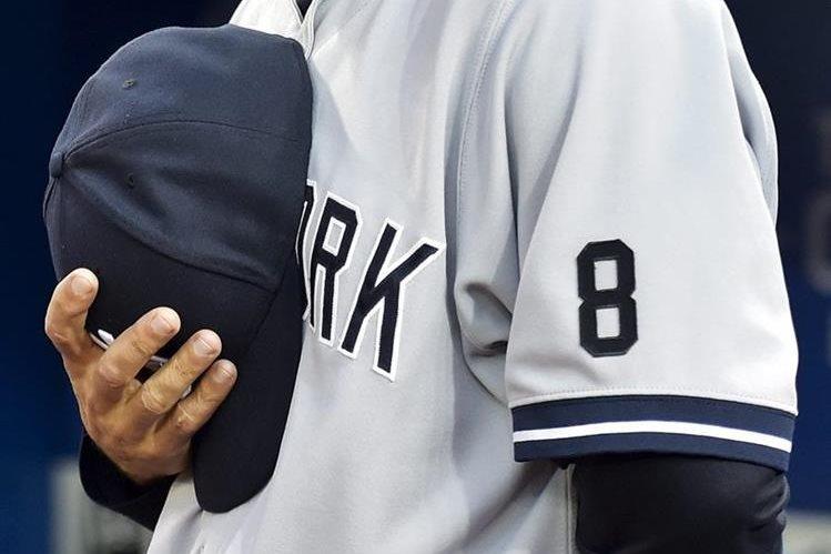 Los jugadores y cuerpo técnico de los Yanquis portaron el número 8 en homenaje a Yogi Berra. (Foto Prensa Libre: AP)