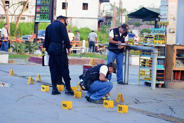 Peritos del Ministerio Público recaban evidencias en sitio donde dan muerte a balazos a hombre, en Morales, Izabal. (Foto Prensa Libre: Edwin Perdomo)