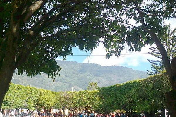 """<p>Vecinos de Barillas se congregan frente a la municipalidad, para rechazar la firma del convenio. (Foto Osman Rodas)<br _mce_bogus=""""1""""></p>"""