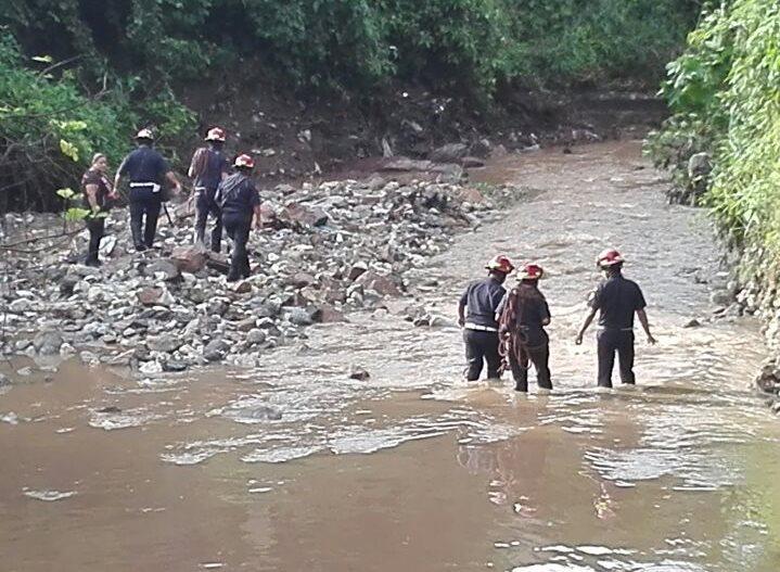 Socorristas buscan el cadáver de José Ángel López de la Cruz, de 47 años. (Foto Prensa Libre: Hugo Oliva)