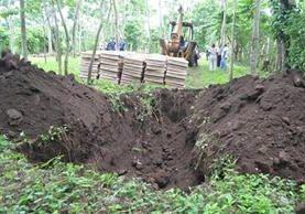 Personal del Maga entierra cajas con pollos ingresadas de contrabando y decomisadas en Retalhuleu. (Foto Prensa Libre: Jorge Tizol)