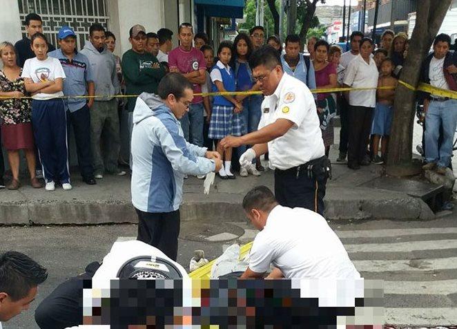 Bomberos atienden a las dos víctimas de violencia en zona 6. (Foto: Dyro Fabian)