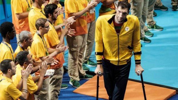 El jugador iraní, además de padecer acromegalia, sufrió un accidente cuando era adolescente. (AFP)