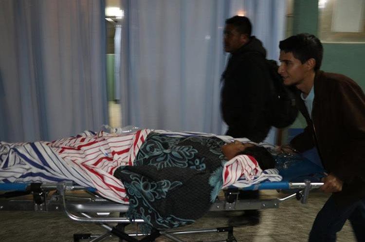 Uno de los heridos es ingresado al Hospital Regional de Huehuetenango. (Foto Prensa Libre: Mike Castillo).