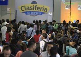 El flujo de candidatos durante la Clasiferia del Empleo fue constante durante todo el día de ayer en el Parque de la Industria. (Foto Prensa Libre: Carlos Hernández)