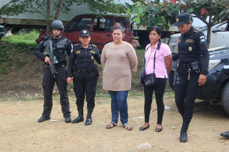 Anabela Noemy Rojas López y Julissa Cordón Yantuche tenían orden de captura por supuesta vinculación a banda criminal. (Foto Prensa Libre: Rigoberto Escobar)