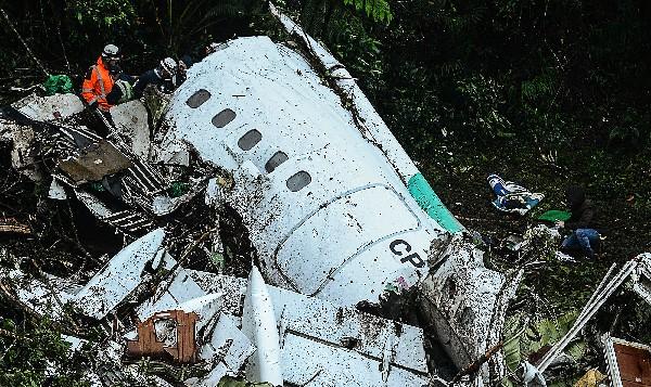 Restos del avión charter LAMIA que se estrelló en las montañas de Cerro Gordo, La Unión,Colombia.(AFP).