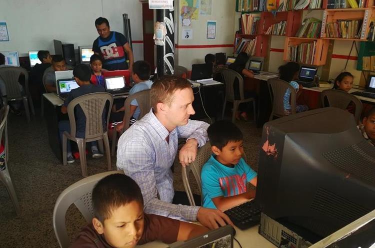 Niños prestan atención a las indicaciones del misionero. (Foto Prensa Libre: Óscar García)