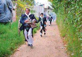 Cofrades y niños mantienen una tradición que recuerda la huida a Egipto. (Foto Prensa Libre: Ángel Elías)