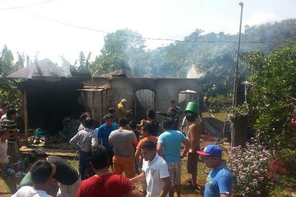 <p>En el interior de la vivienda incendiada había dos menores. (Foto Prensa Libre: Rolando Miranda)</p>