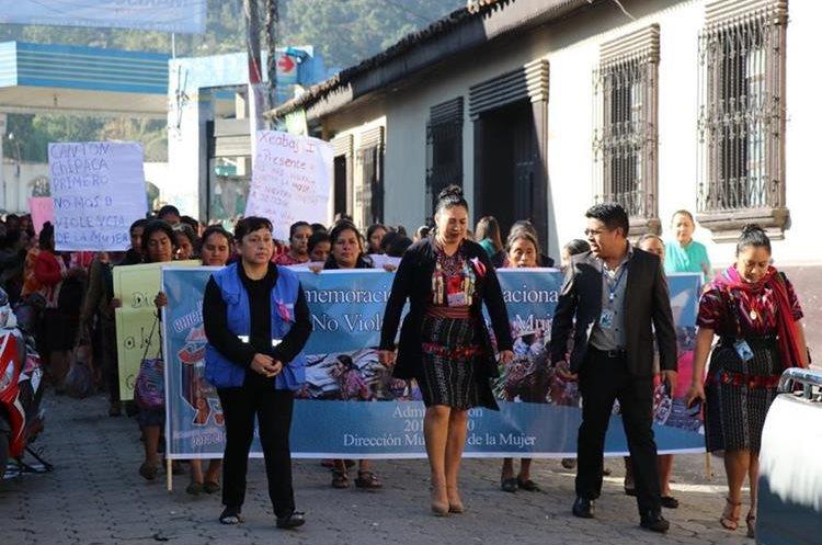 Con el apoyo de instituciones, pobladoras de Quiché se han manifestado contra la violencia. (Foto Prensa Libre: Héctor Cordero).