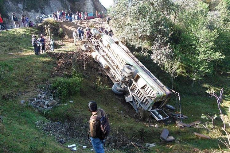 Autobús de los transportes Princesita cae en una hondonada en Tecpán Guatemala, Chimaltenango. (Foto Prensa Libre: Archivo)