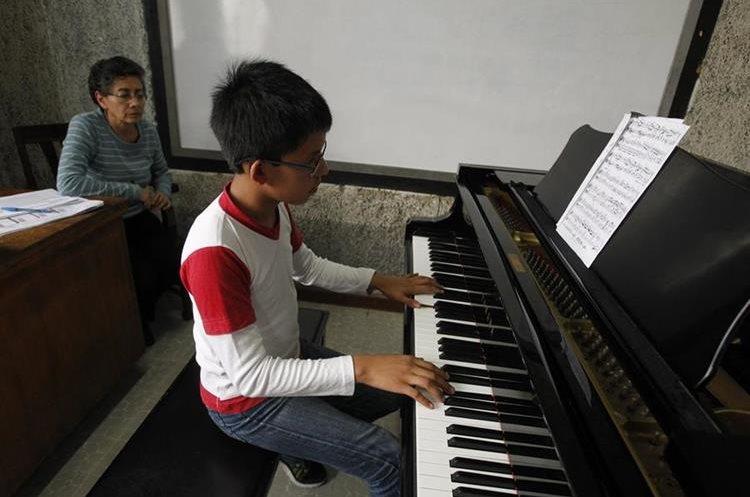 El piano es uno de los instrumentos que llama más la atención de los estudiantes.   (Foto Prensa Libre: Paulo Raquec)