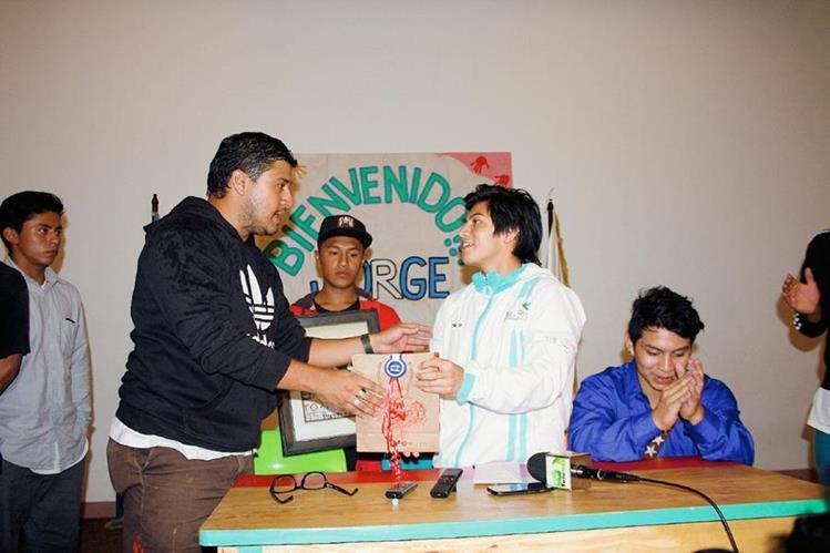 Juan Pablo Romero, le brinda reconocimientos a nombre de la asociación al medallista. (Foto Prensa Libre: Renato Melgar)
